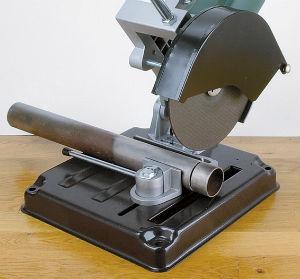 Ровный аккуратный рез металлической трубы с применением стойки для УШМ COS-230 SKRAB