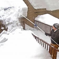 Работа пластиковым скребком для чистки снега с крыш 630*160 мм с телескопической рукояткой 1,6-6,4 м SKRAB 28093