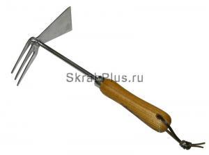 Тяпка садовая с рыхлителем двухсторонняя из нержавеющей стали с деревянным черенком SKRAB 28396 купить оптом в СПб